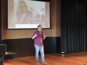 Gil explaining the future of Makerculture